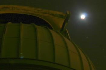 L'éclipse débute au-dessus de la coupole Schaumasse