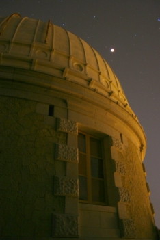 La coupole Charlois domine la Lune éclipsée