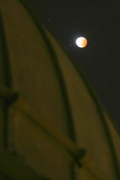 La Lune est par dessus le toit ...